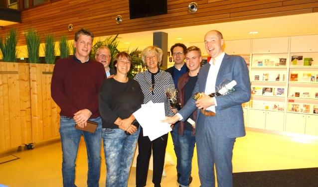 Het winnende team met v.l.n.r. Jeroen Hendriks (ook individueel winnaar in de categorie Leiderdorpers), Albert Dop, Joost Kuggeleijn, Jurriaan van Duijn en Bas Warmenhoven, samen met dictee-opsteller Tanneke Schoonheim en burgemeester Laila Driessen.