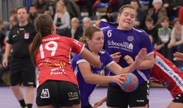 Kim Schuurbiers in de aanval, samen met teamgenoot Melanie Zwaan (nr. 6). | Foto: pr.