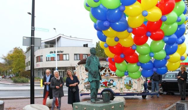 De onthulling van de Bollenreiziger op de hoek Ruishornlaan-Haven. |