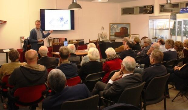 Arie Dwarswaard vertelt de aanwezigen over het leven van Herman Boerhaave. | Foto: pr.