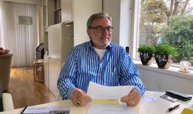 Voorzitter Jos van den Burg aan tafel in de Parnassialaan: 'Dit huis is ook heerlijk. Maar gelijkvloers zou fijner zijn.