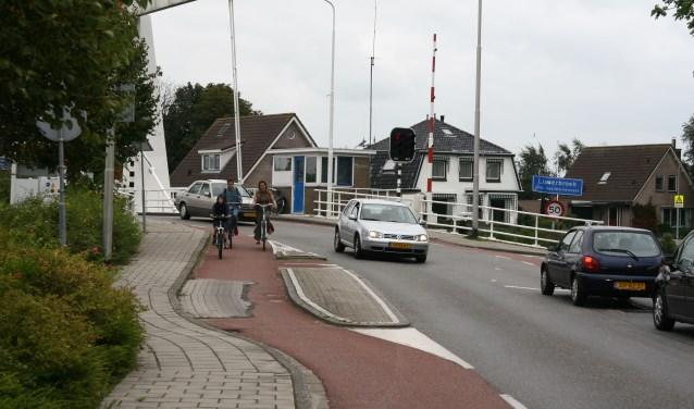 Als de nieuwe brug is ligt, hoeven fietsers en wandelaars niet meer per se over de drukke brug over de Ringvaart.