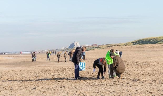 Leerlingen jutten op het Katwijkse noordstrand naar plastic.