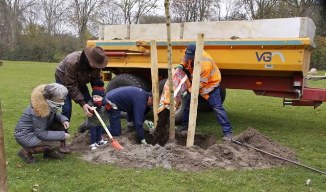 De 65 bomen ter waarde van een slordige achttienduizend euro zijn middels 'crowdfunding' bij elkaar gebracht. De eenjarige Pieter, kleinzoon van een van de leden, heeft Hoveniersbedrijf Hoek een handje geholpen bij het planten.