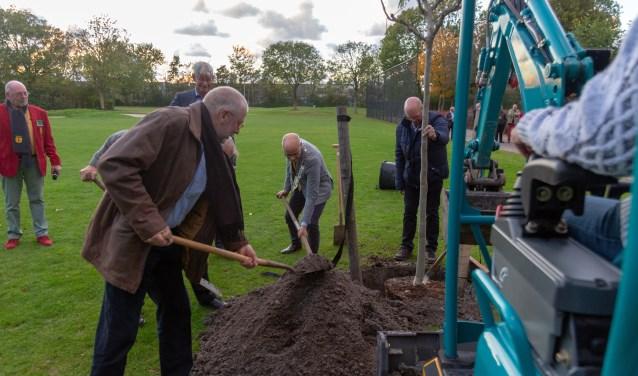 Burgemeester Emile Jaensch plant eerste boom. | Foto Wil van Elk