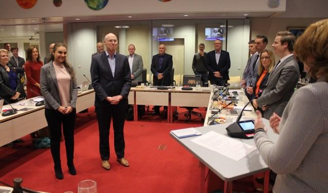 Lisa Weijts-Gonzalez en Jeroen Tomassen leggen als nieuwe raadspersonen de belofte af.   Foto: Nico Kuyt