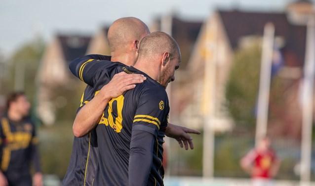 Bob den Hollander (voor) en Lars van Bommel waren samen goed voor alle zes de doelpunten.
