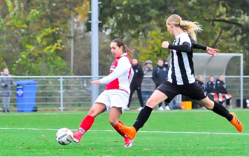 Samanta Stojanovic brengt al vroeg in de wedstrijd de Racing op een 1-0 voorsprong.  Foto: Gert Jan van Heyningen © uitgeverij Verhagen
