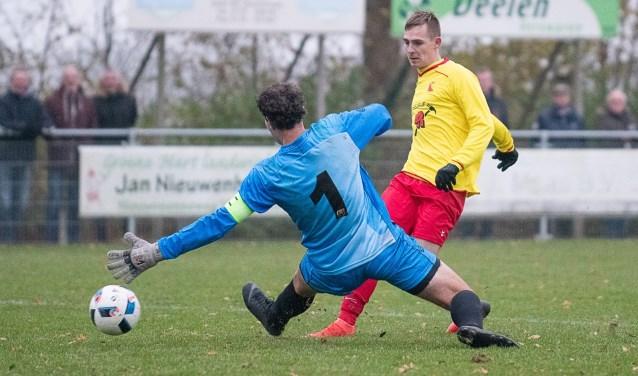 Peter Messemaker kan net niet voorkomen dat Zevenhuizen de openingstreffer maakt. | Foto lichtenbeldfoto.nl