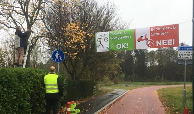 Als klap op de vuurpijl is op woensdag 28 november door de bewoners een groot spandoek onthuld, dat over de openbare weg is gespannen, met de tekst 'fietsers en voetgangers OK, scooters en brommers: NEE'.