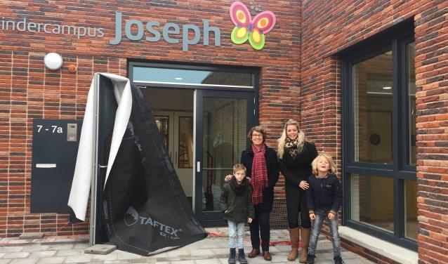 De juffen Riana en Jennifer onthulden samen met de leerlingen Peer en Sverre de nieuwe naam.