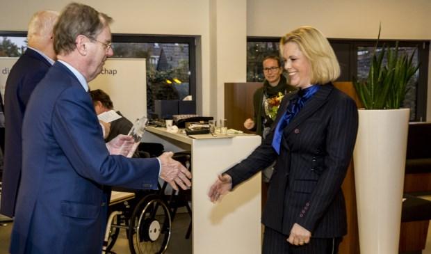 Yvonne van der Hulst ontving de prijs uit handen van Bernard Wientjes, voorzitter van de Taskforce Bouwagenda.