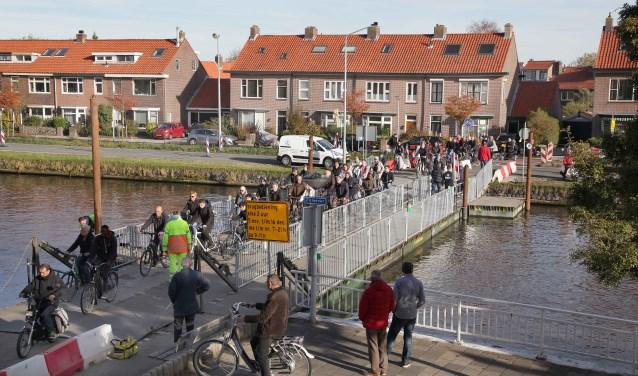 Een dagelijks beeld op de noodbrug tijdens de spits. Foto: Peter van Evert.