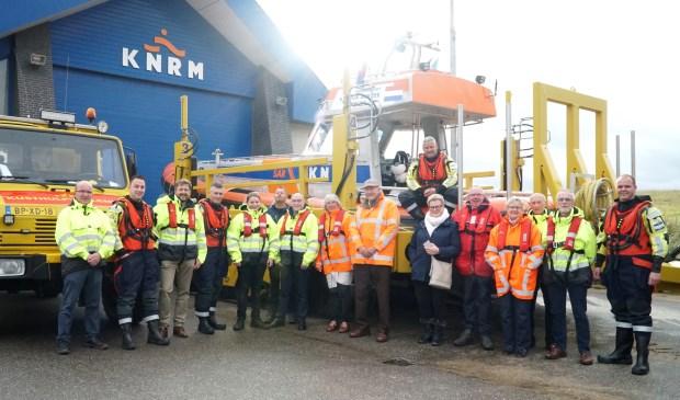 De donateurs met Katwijkse bemanningsleden bij de reddingboot.