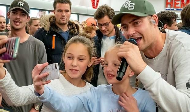 Enthousiaste fans maken een selfie met Lange Frans