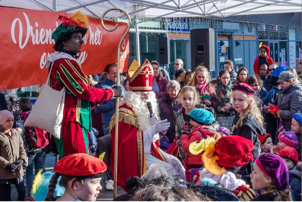 Drukte op winkelcentrum Santhorst, waar Sinterklaas met heel veel kinderen sprak.  Foto: Wim Schellekens © uitgeverij Verhagen