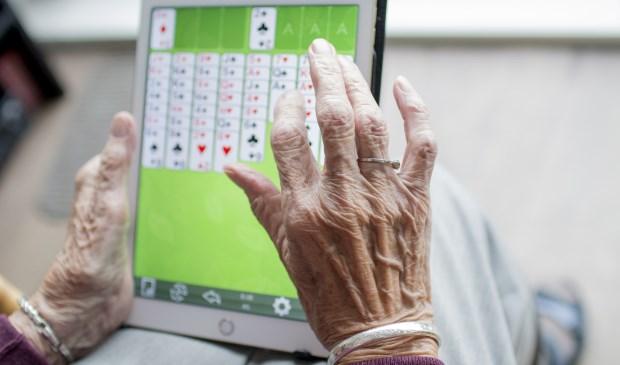 Dat steeds meer ouderen een tablet hebben, betekent niet dat ze ook weten hoe ze daarmee bijvoorbeeld een toeslag kunnen aanvragen.