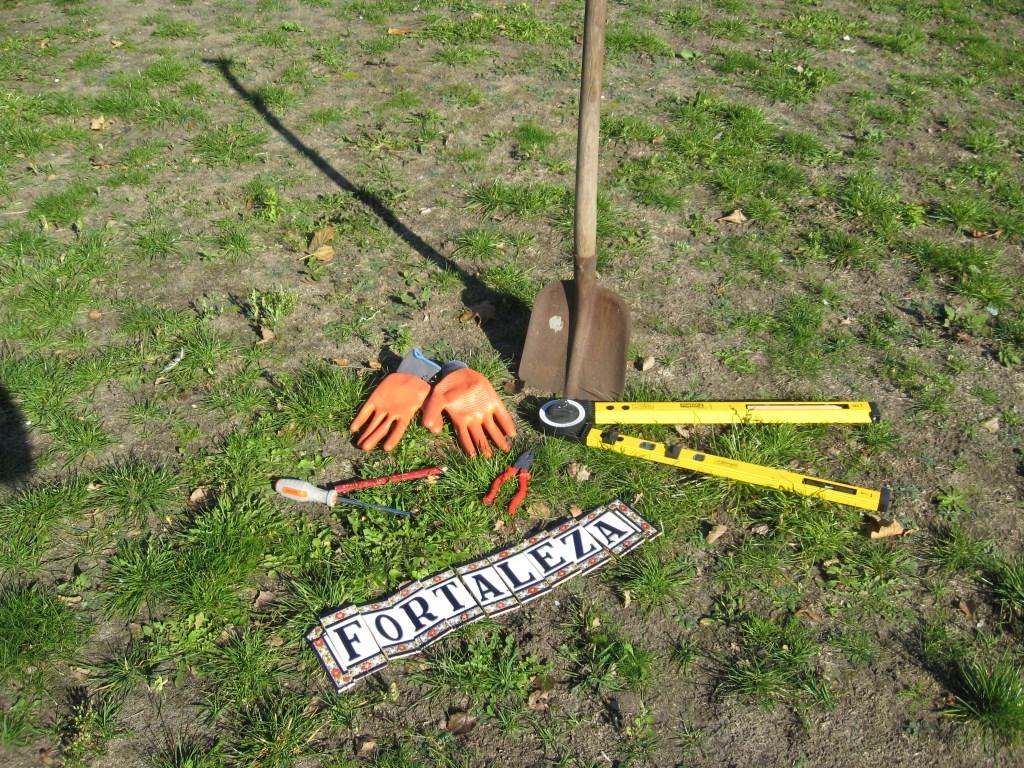 Wat de initiatiefnemers betreft mag de schop nu al de grond in op het grasveld waar voorheen de Ireneschool stond.| Foto: Jos van den Burg  © uitgeverij Verhagen