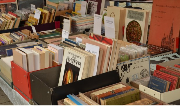 Op de curiosamarkt van Salvatori zijn ook veel boeken te vinden. Kom lekker rondneuzen of er iets voor je bij zit.