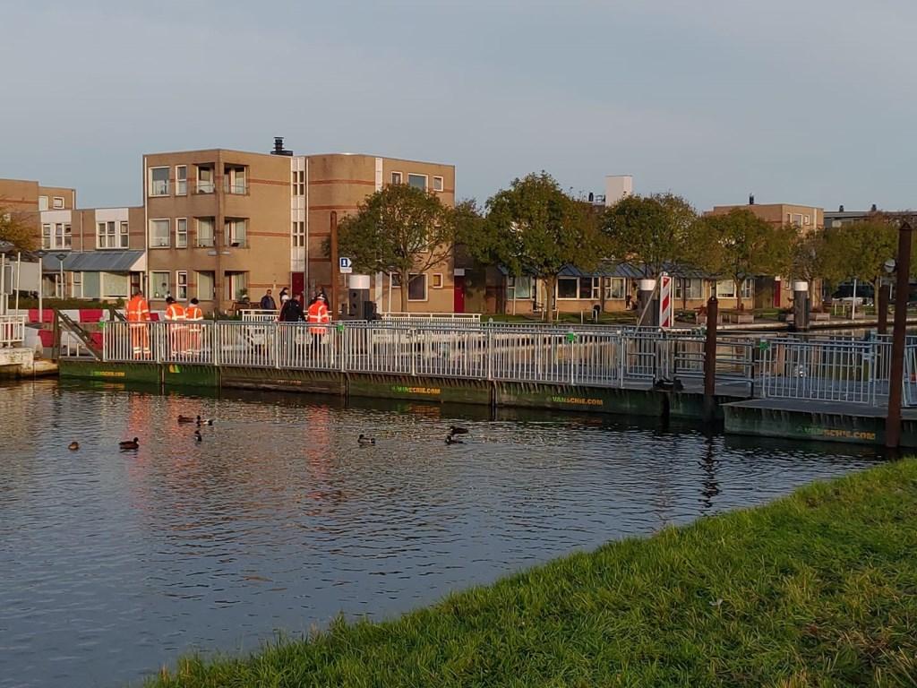 Zaterdag in de namiddag was de tijdelijke pontonbrug klaar voor gebruik, zondagochtend vroeg werd hij opengesteld.  Foto: J.P. Kranenburg © uitgeverij Verhagen
