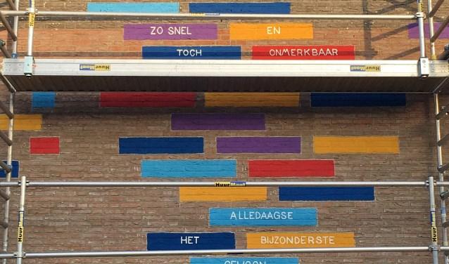 'Elke dag', het nieuwe muurgedicht van Anke Kuypers op de muur van Jan Wolkerslaan 17 is bijna klaar.