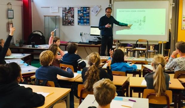 Architect Reimar von Meding geeft les aan de Prima_Plusgroep van de Leiderdorpse PCOB scholen.