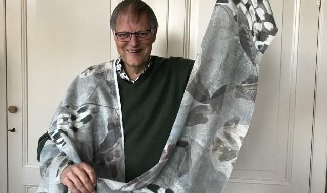 Vrienden-voorzitter Hans Lommerse toont de nieuwe gordijnen.