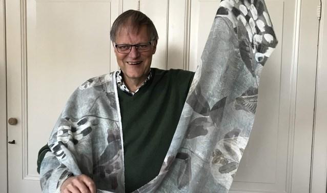 Vrienden-voorzitter Hans Lommerse toont de nieuwe gordijnen. | Foto en tekst: Jacolien van der Valk.