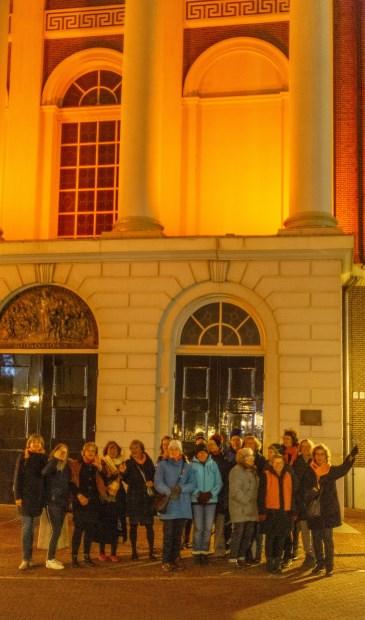 Wethouder Marleen Damen (geheel links) gaf het sein om de Hartebrugkerk (of Coelikerk) in het oranje licht te zetten. Dat gebeurde in aanwezigheid van leden van Zonta aan de Leden, de twee Leidse Soroptimistclubs, Feminist Evolution Leiden en het Vrouwennetwerk Leiden.