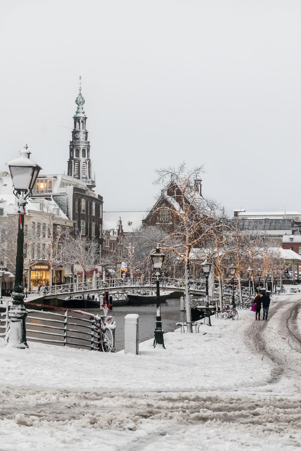 Floris Kleyn met een foto van de Nieuwe Rijn.  © De Leydenaer