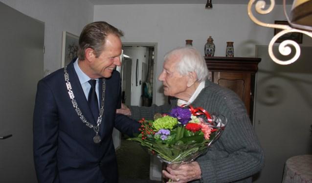 'Gaat u maar zitten burgemeester, dan zet ik koffie voor u'. | Foto en tekst: Annemiek Cornelissen