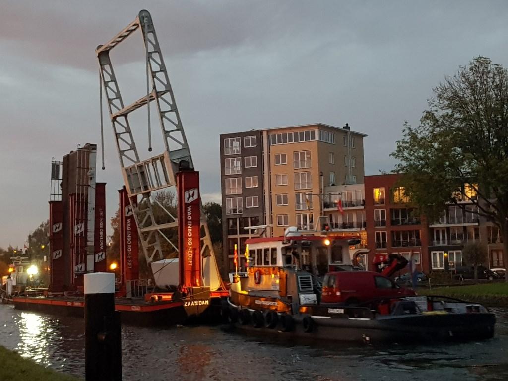 Dinsdagochtend vroeg, de Spanjaardsbrug gaat op weg naar de renovatieplek.
