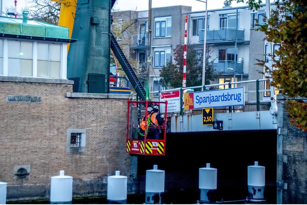 Een hijsoog wordt aan de brug bevestigd  Foto: J.P. Kranenburg © uitgeverij Verhagen