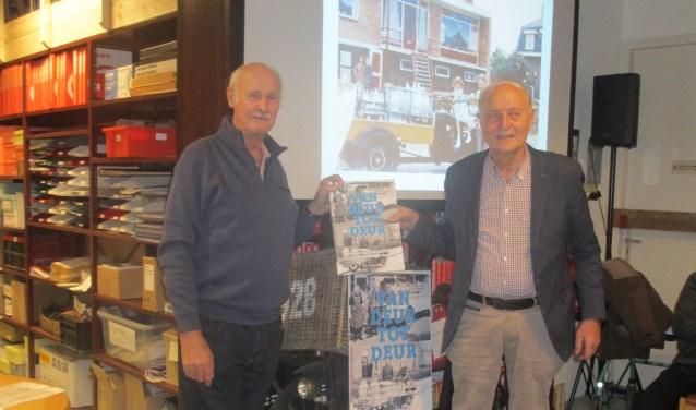Peter vd Burg (l) overhandigt het eerst exemplaar aan Piet Warmerdam 'de melkboer uit de Kerkstraat'. | Foto: pr