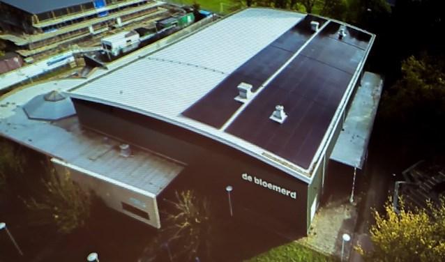Op het dak van sporthal De Bloemerd liggen ze al. GroenLinks wil dat ook op alle andere gemeentelijke gebouwen zonnepanelen komen.