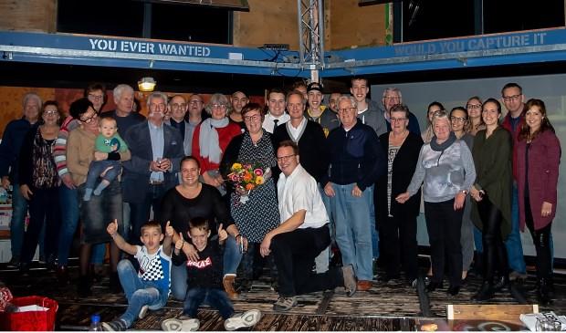 Corrien Janson (met bloemen) omringd door gasten op haar afscheidsreceptie en medewerkers van het SCw.
