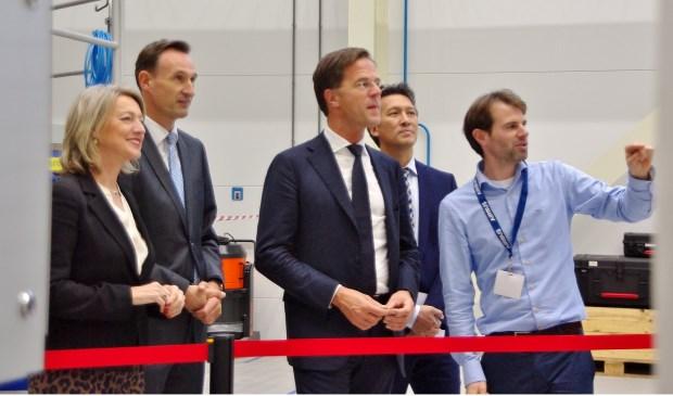 Voordat hij de openingshandeling verrichtte, kreeg minister-president Mark Rutte een rondleiding door Airbus Oegstgeest. | Foto Willemien Timmers