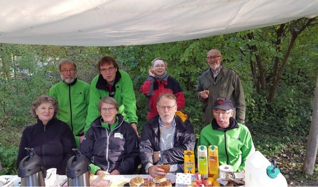 Vrijwilligers van de natuurspeeltuin aan de lunch. | Foto: PR