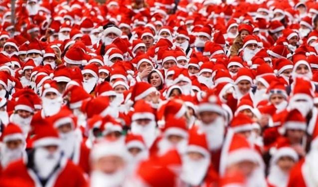 De deelnemers krijgen voorafgaand een eigen kerstmanpak.