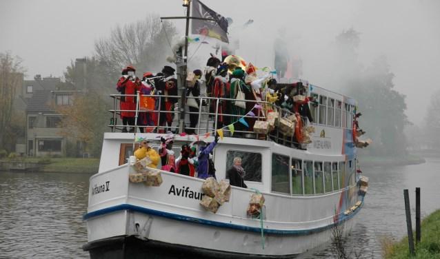 Ook dit jaar zal de pakjesboot van Sinterklaas via de Oude Rijn Leiderdorp binnenkomen. | Archieffoto