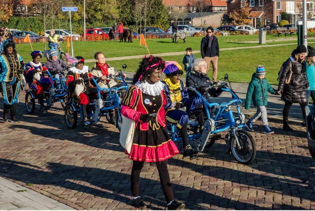 In de optocht reden ook drie duofietsen van Fietsmaatjes LeidenLeiderdorp mee. Zij reden met een Zwarte Piet als gast. Foto: Wim Schellekens © uitgeverij Verhagen