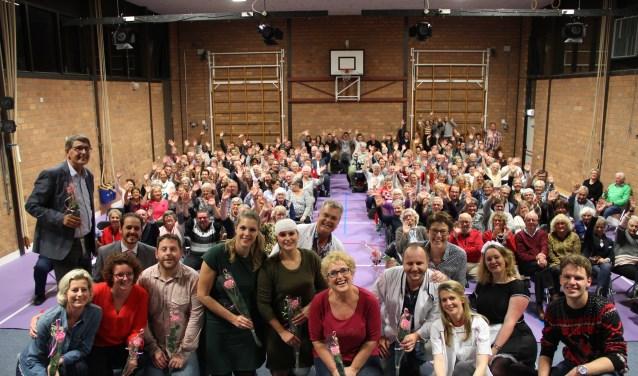 De cast van 'Extra hulp op de eerste hulp' na afloop van de voorstelling, met op de achtergrond het enthousiaste publiek.