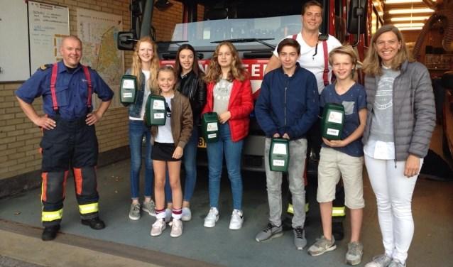 V.l.n.r. brandweerman Paul Termorshuizen, Roos, Floor, Bo, Sinead, brandweerman Theo van Rijn, Max, Hidde en Sabine Zondag.