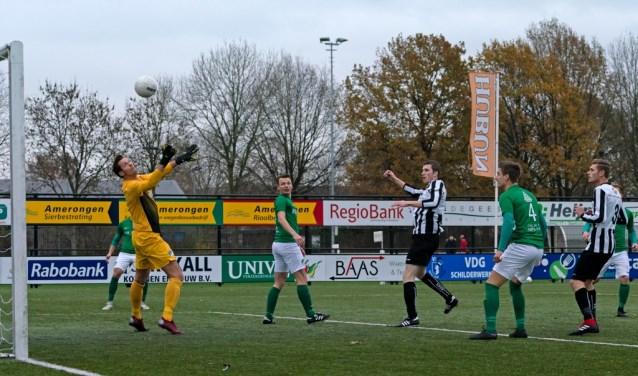 Tom Duindam ziet zijn schot over de keeper het doel in gaan. | Foto: Johanna Wever