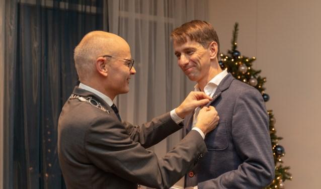 Burgemeester Emile Jaensch reikte de erepenning uit aan Marc Cremers. Foto Wil van Elk