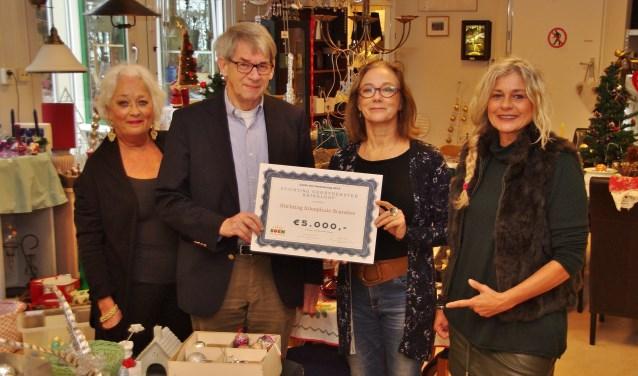 Vlnr: Sandra de Roos (winkelcoördinator Soek), Gabrie Lansbergen (penningmeester inloophuis Scarabee), Maria Smits (voorzitter bestuur Soek), Jolanda Ratten (bestuurslid Soek & gastvrouw inloophuis Scarabee).