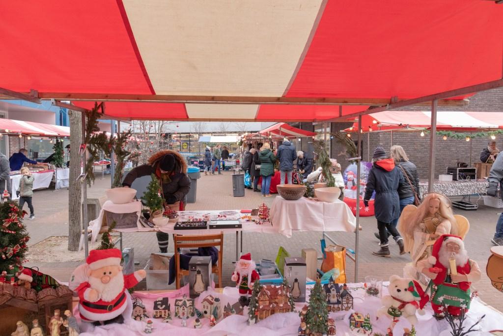 Een gezellige Kerstmarkt op het Boerhaaveplein op een frisse zaterdag. | Foto Wil van Elk Foto: Wil van Elk © uitgeverij Verhagen