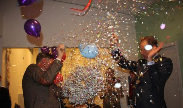 Samen met huisarts Jos Mulders prikt de burgemeester de ballon kapot. | Foto en tekst: Annemiek Cornelissen.