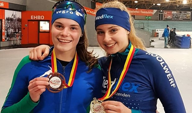 Rianne Heemskerk (brons) en Loesanne van der Geest (goud) zorgen voor twee medailles voor de Warmondse IJsclub. | Foto: pr.
