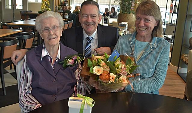 De jarige Annie Vrijburg ontvangt, samen met haar dochter, wethouder Rob ten Boden op haar honderdste verjaardag. | Foto: PvK